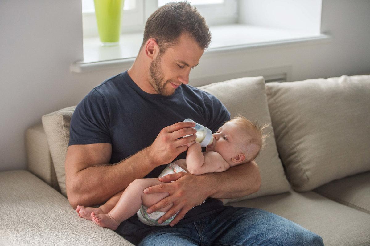 молодой папа с ребенком