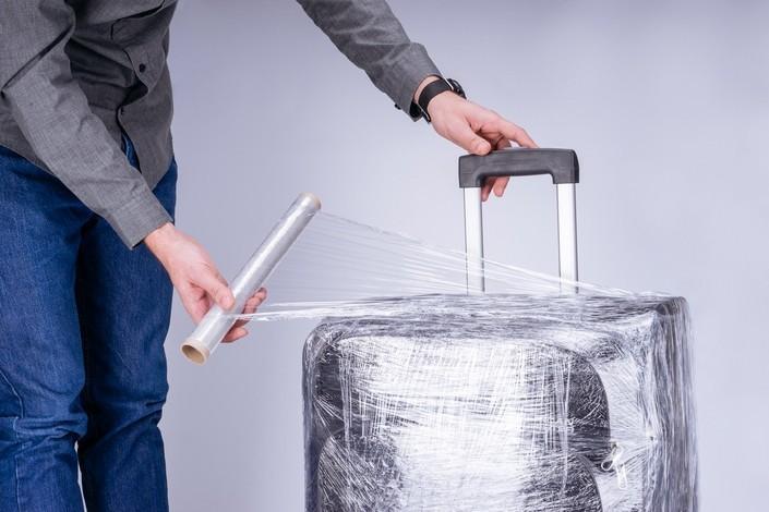зачем нужна плёнка на чемодане