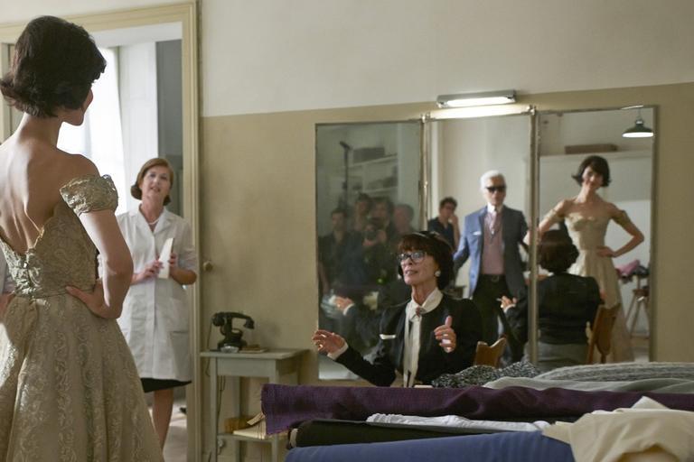 Анджелина Джоли в образе злой ведьмы, наряды Изабеллы Блоу и новый фильм Карла Лагерфельда про Шанель