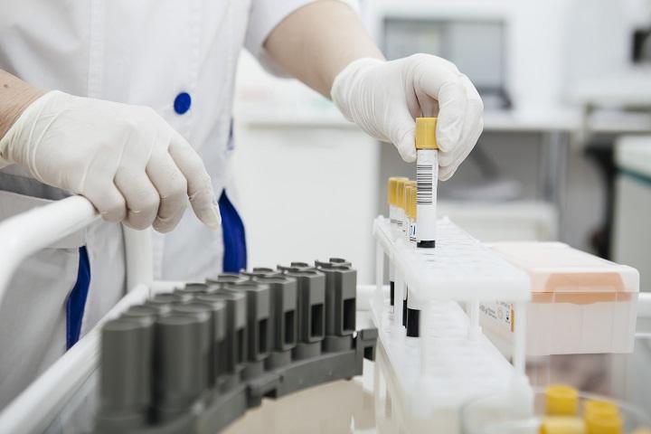 В Британии одобрено первое лекарство от COVID-19