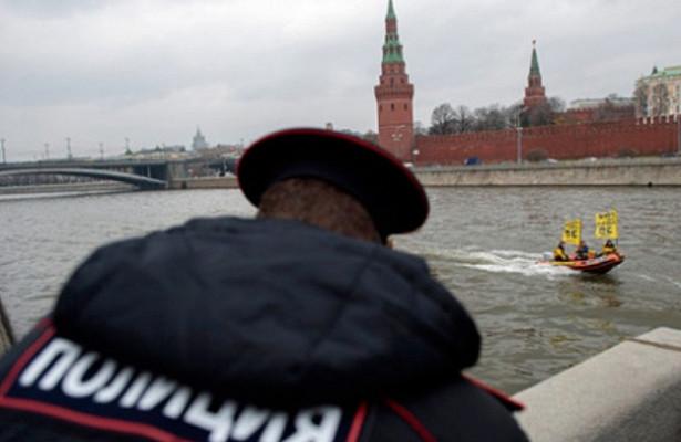 Частный таксист скрылся от полиции в Москве-реке