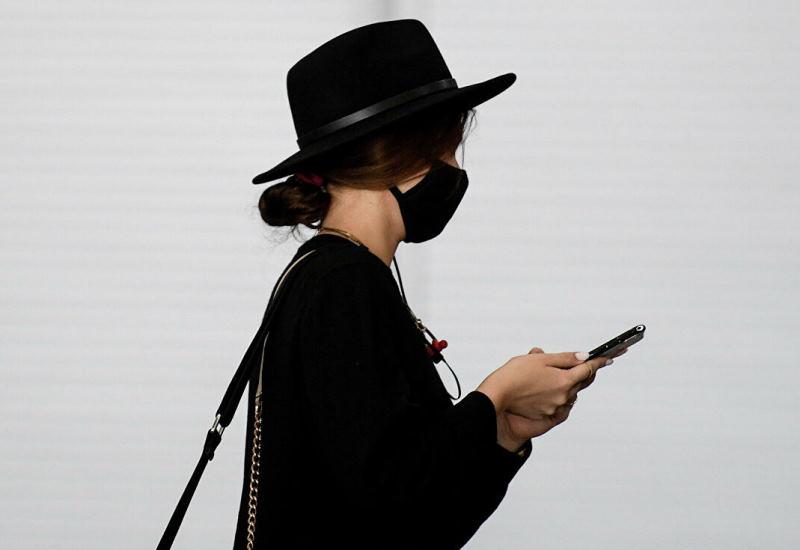 Названо время жизни COVID-19 на деньгах и смартфонах