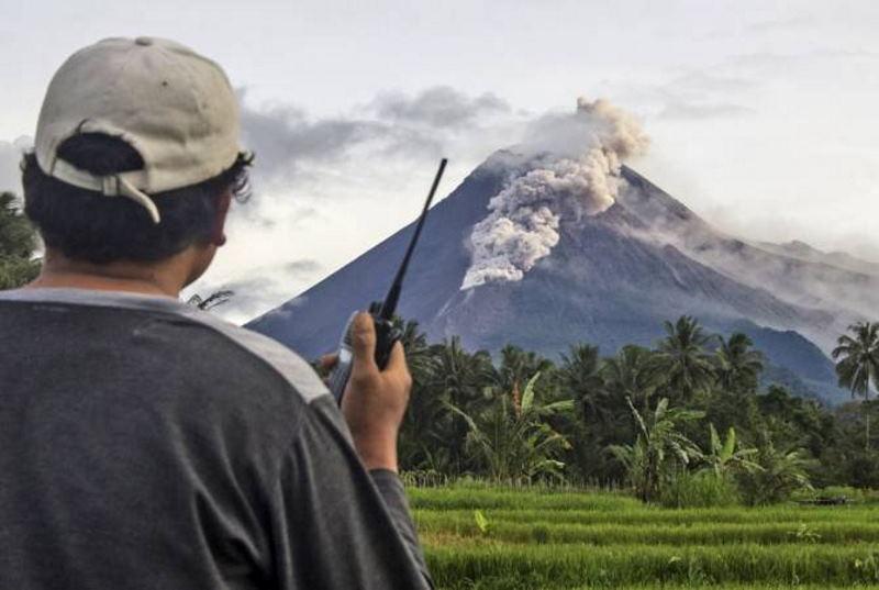 Индонезийский вулкан активизировался, угроза безопасности высокая