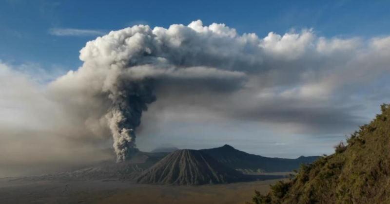 Индонезийский остров Ява в опасности: начал пробуждаться вулкан Семеру