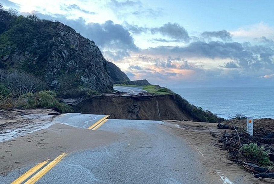 В Калифорнии часть главного шоссе смыло в океан
