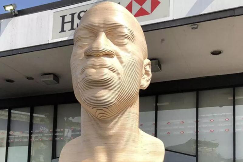 В Нью-Йорке погибшему из-за полицейского произвола Джорджу Флойду установили памятник