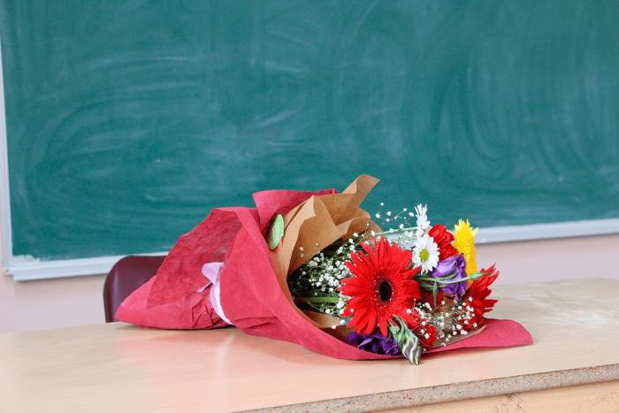 Букет для учителя: какие цветы выбрать