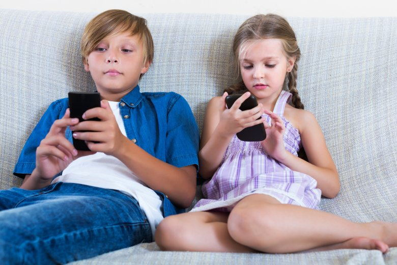 Мобильные гаджеты провоцируют ожирение у детей: как защитить ребёнка