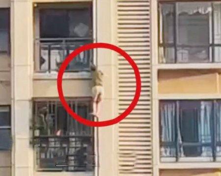 В Китае мужчина, забыв ключи, залез в свою квартиру на 14 этаже по фасаду дома