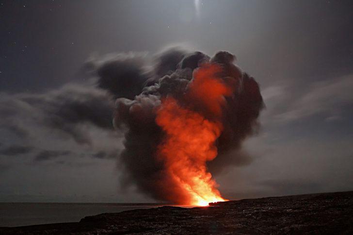 Извержение мощного вулкана Кумбре-Вьеха потрясло Испанию